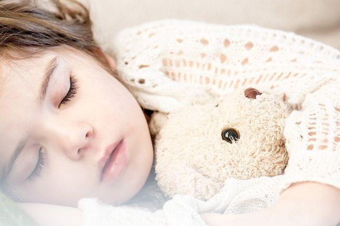 Salah satu penyebab orang mengigau saat tidur ialah karena stres.