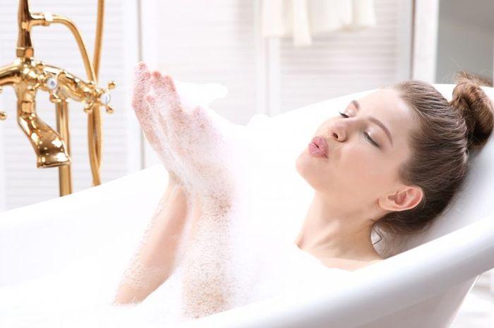 Mandi air hangat berkasiat menyehatkan badan dan menjadi sarana relaksasi sempurna.
