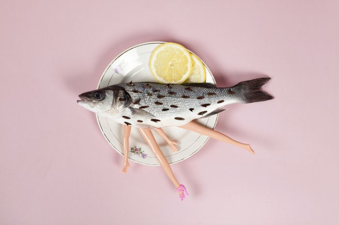 Ilustrasi ikan terkontaminasi plastik.