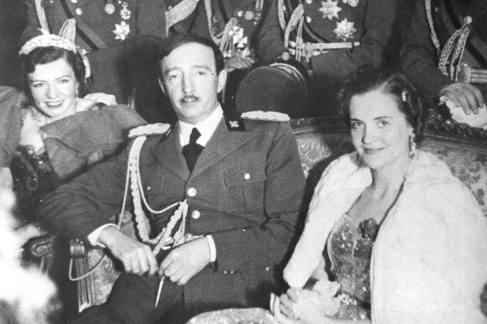 Raja Zog dari Albania duduk di antara dua wanita di akhir 1930-an.