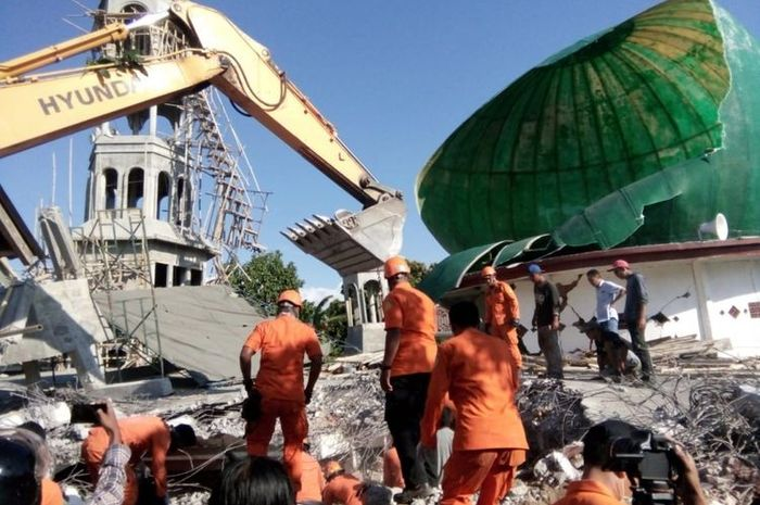 Proses evakuasi sejumlah warga yang terjebak di reruntuhan masjid saat gempa terjadi. Mereka terjeba