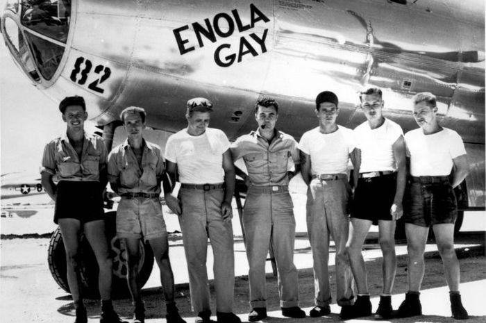 Awak pesawat B-29 Enola Gay dengan pilot Letkol Paul W Tibbets (tengah).