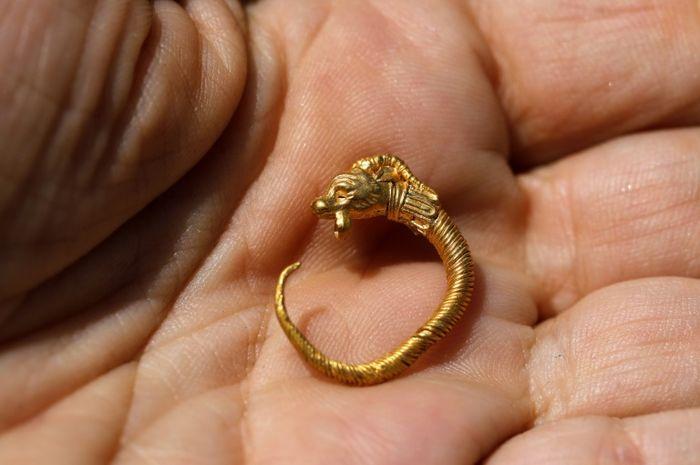 Anting emas kuno yang ditemukan di Yerusalem.
