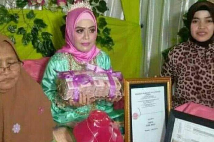 Andi Sulfaidah (30) memperlihatkan uang tunai Rp 200 juta usai dilamar Alfi Daeng Makkelo (70), Rabu (8/8/2018)