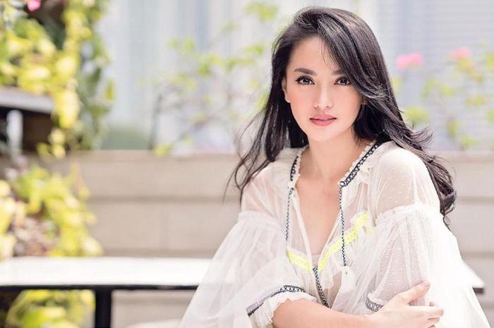 Tampil memikat, Ririn Ekawati kenakan makeup ala glass skin