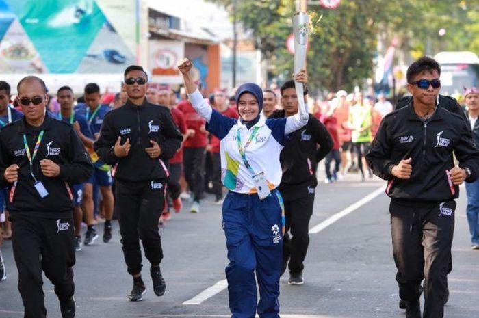 Yayuk Delia Safitri saat membawa obor Asian Games 2018