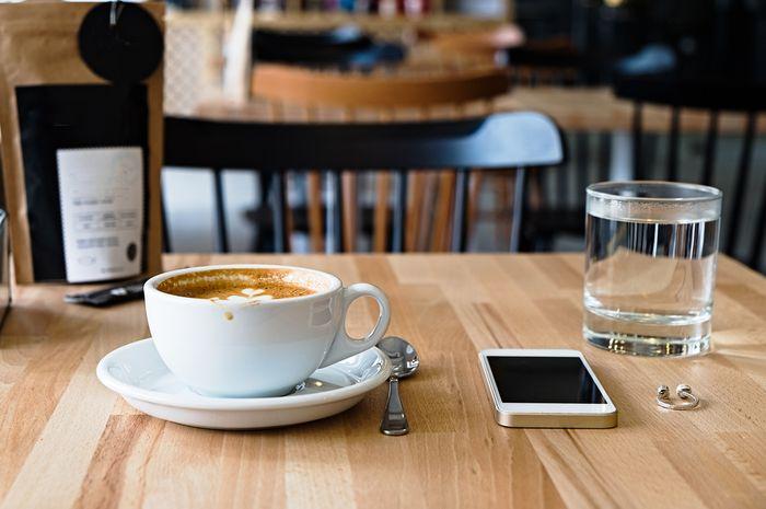 (Foto ilustrasi) secangkir kopi dan segelas air mineral