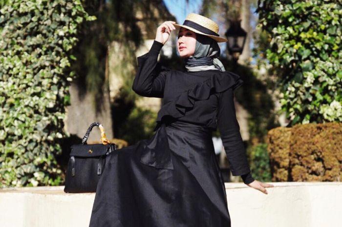 Bikin Penampilanmu Makin Stylish, yuk Lihat Inspirasi Padu padan Topi dan Hijab ala Dian Pelangi