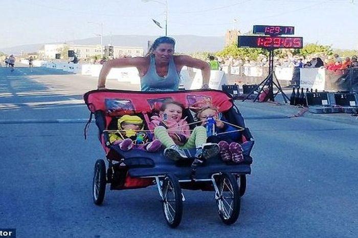 Cynthia berlari sambil mendorong stroller berisi 3 anaknya
