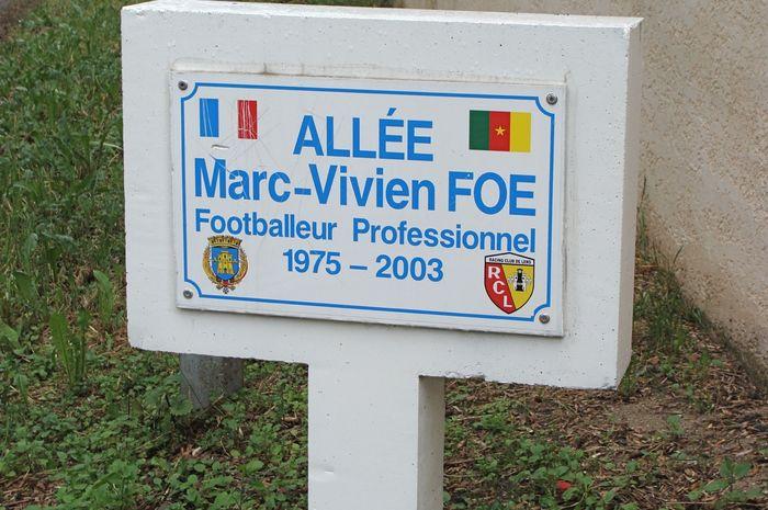 Makam Marc-Vivien Foe, pesepakbola yang meninggal karena penyakit jantung.