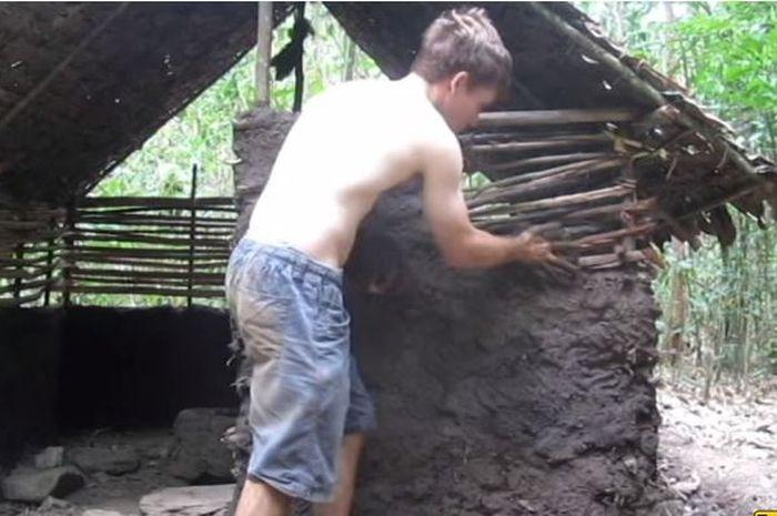 Pria ini membuat gubuk di tengah hutan hanya dengan tangan kosong dan bahan alam.