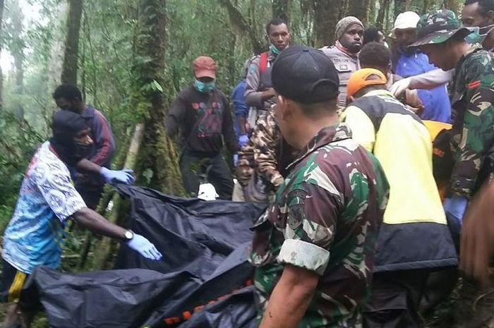 Proses evakuasi korban pesawat jatuh.