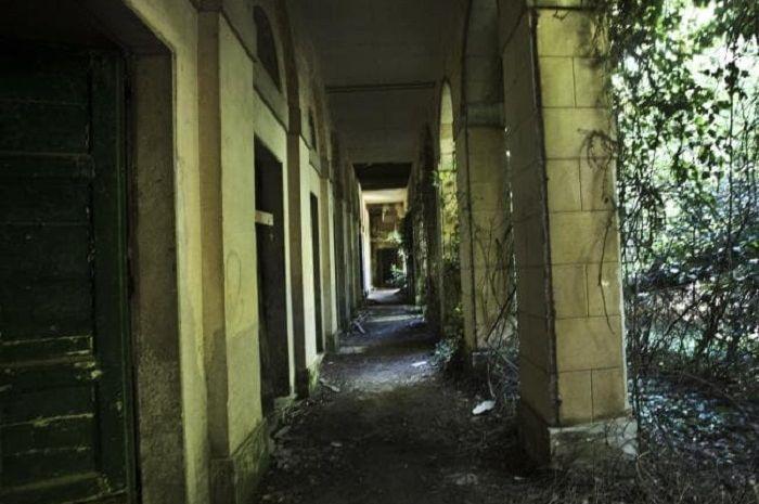 Lorong di bangunan di Poveglia, ssebuah pulau kecil yang terletak di antara Venesia dan Lido di Laguna Venesia, Italia utara yang pernah ditampilkan dalam episode Ghost Adventures