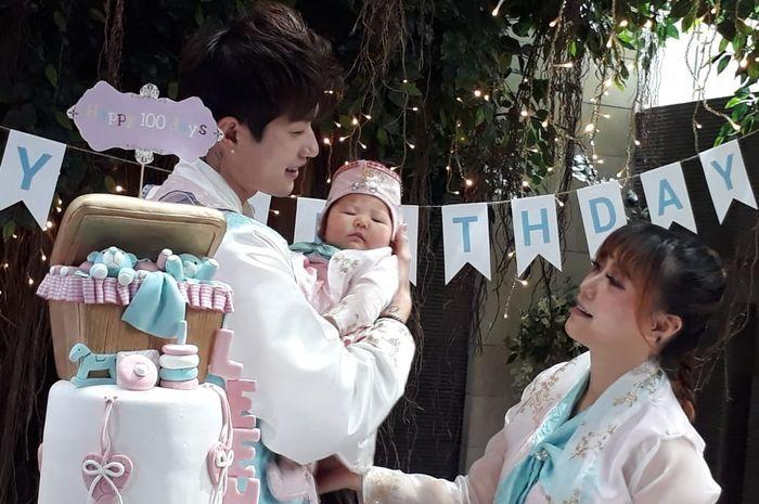 Lee Jeong Hoon dan Moa Aeim menggelar acara 100 hari lahirnya putri mereka, Kimora.
