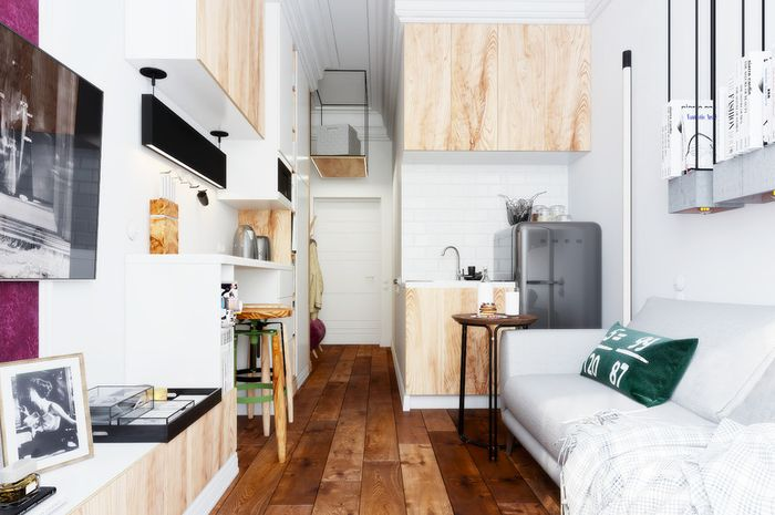 Penggunaan rak yang tinggi meningkatkan perasaan bahwa ruangan lebih besar dari pada itu, terutama karena sifatnya yang dekoratif dan tidak fungsional.