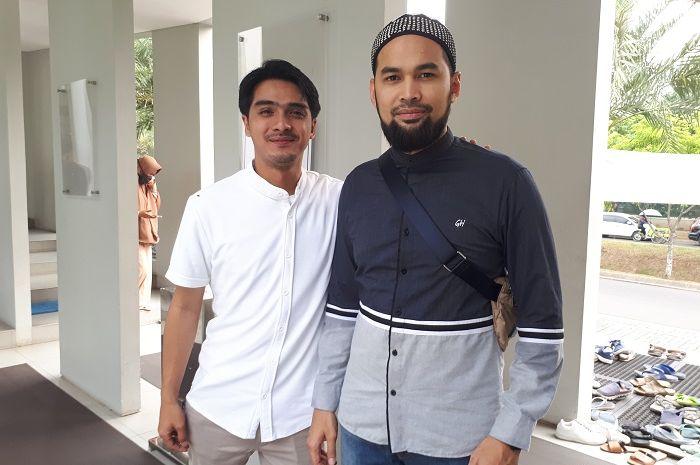 Saat ditemui Grid.ID selepas acara kajian di Mesjid Ash Shaff Emerald Bintaro, Minggu (12/8/2018), Teuku Wisnu dan Ricky Harun kompak saling mendukung satu sama lain dalam masing-masing perannya dalam acara kajian tersebut.