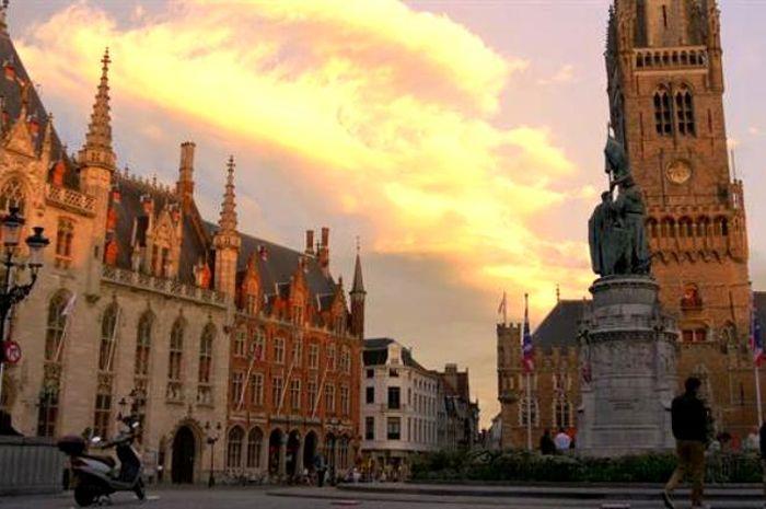 Brugge dipenuhi dengan arsitektur abad pertengahan.
