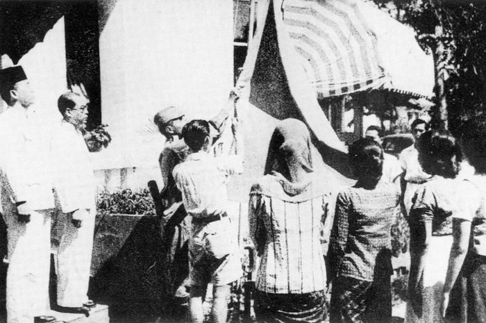Pengibaran bendera pusaka saat proklamasi 17 Agustus 1945.