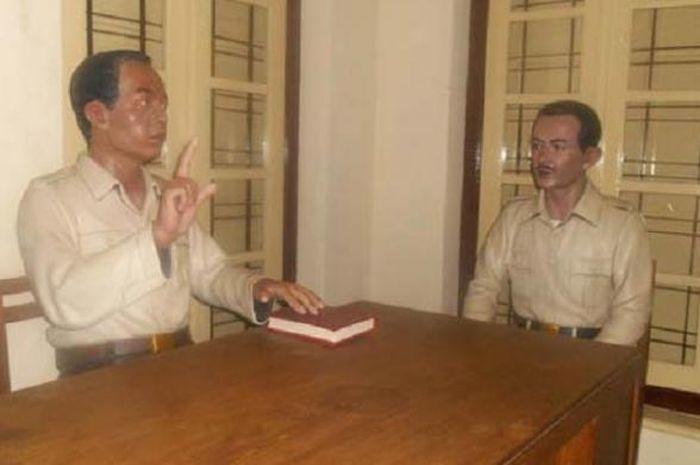 Ilustrasi adegan Menteri Pertahanan Bapak Amir Sjarifoeddin menunjuk Bapak Roebiono Kertapati untuk membuat sistem sandi.