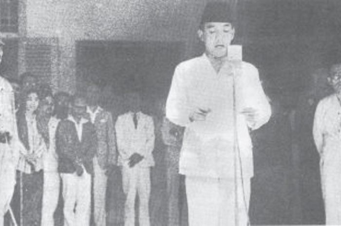 Bung Karno Membaca teks proklamasi pada 17 Agustus 1945