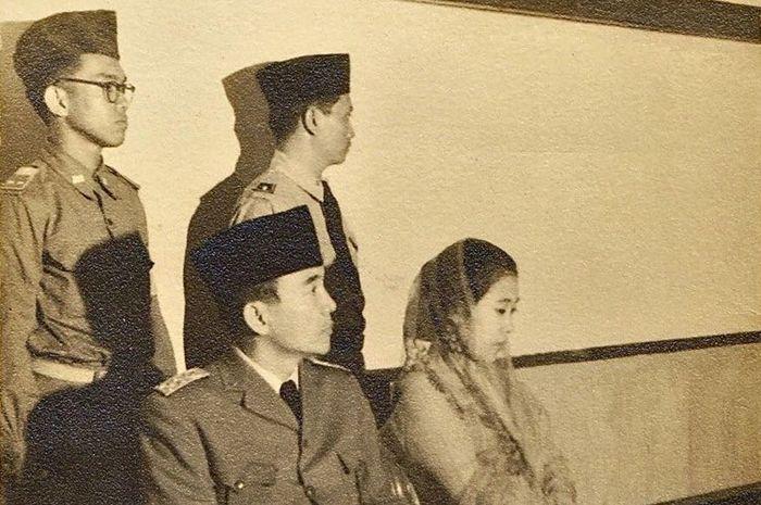 Presiden Soekarno dan Ibu Fatmawati bersama dua orang pengawalnya. Salah satu pengawal yakni Sukotjo (berkacamata).(Dokumentasi Sukotjo)