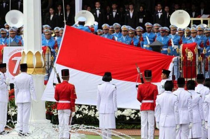 Pasukan Paskibraka bertugas menaikan Bendera Merah Putih dalam Upacara Peringatan Detik-detik Proklamasi HUT ke-70 RI di Istana Merdeka, Senin (17/8/2015).(