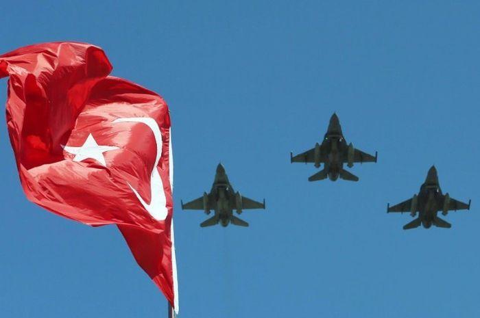 Jet tempur F-16 AU Turki dalam suatu parade militer