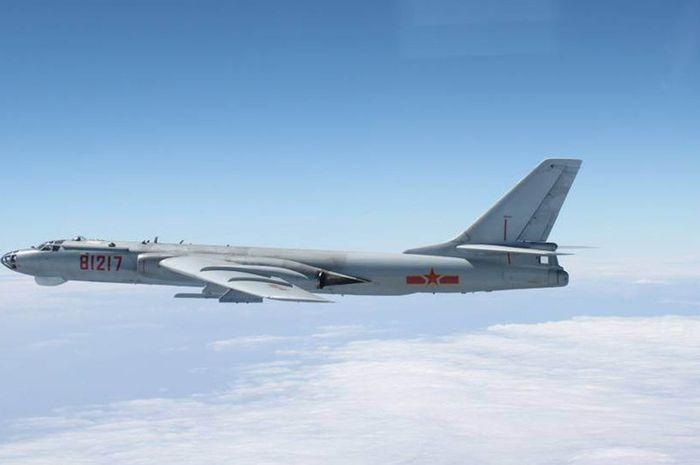 H-6 Bomber, pesawat pengebom milik China.