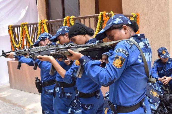 Pasukan SWAT wanita India dengan senapan MP-5