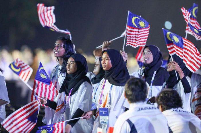 Defile kontingen Malaysia saat pembukaan Asian Games ke-18 tahun 2018 di Stadion Utama Gelora Bung Karno
