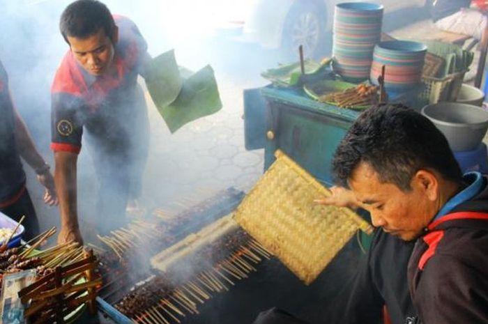Sate Maranggi Sari Asih, Cianjur, masing menggunakan arang untuk memanggang sate.(KOMPAS.com/Muhammad Irzal Adiakurnia)