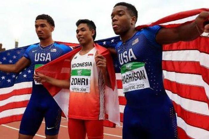 Sprinter Indonesia, Lalu Muhammad Zohri (tengah) bersama dua atlet AS, Anthony Schwartz