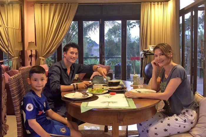 Sudah Cerai, Tamara Bleszynski dan Mike Lewis Unggah Foto Kocak Bersama