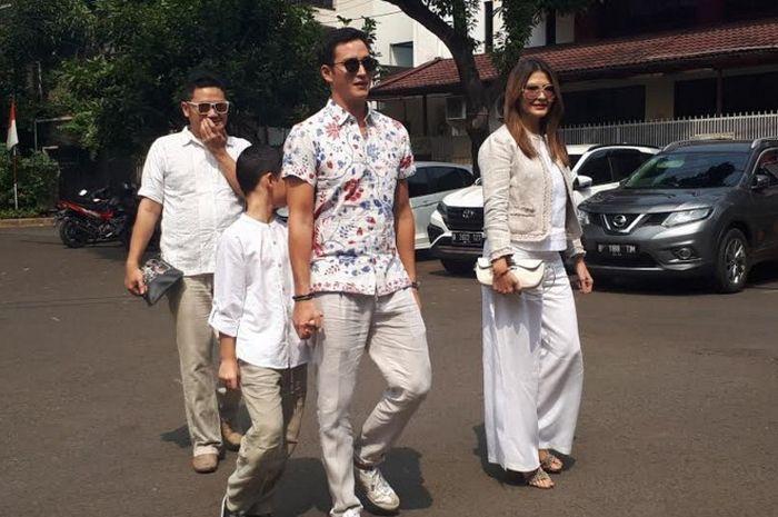 Mike Leisi bersama Tamara Bleszynski dan anaknya di Mesjid Al Ihsan Kebayoran Baru, Jakarta Selatan, Minggu (26/8/2018).