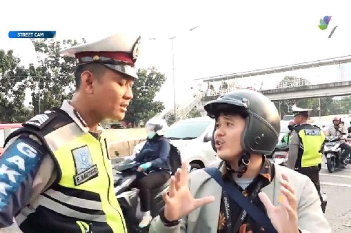 Polisi dan pengendara.