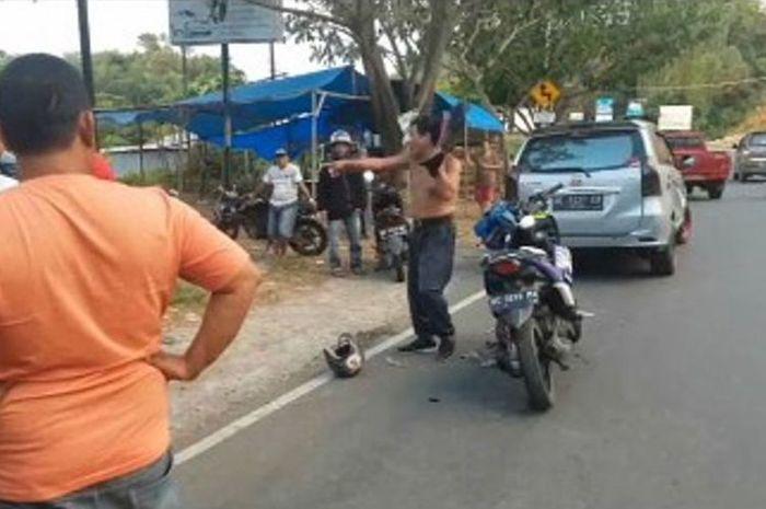 Keberatan ditilang polisi, seorang pengendara sepeda motor di Kota Mamuju, Sulawesi Barat, mengamuk sabil banting helem dan membuka baju di jalan raya.(KOMPAS.Com)