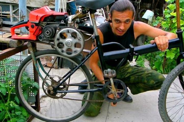 Pria memodifikasi sepeda.