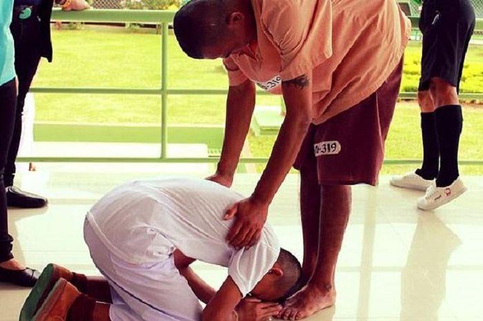 Remaja laki-laki bertemu ayahnya di penjara.
