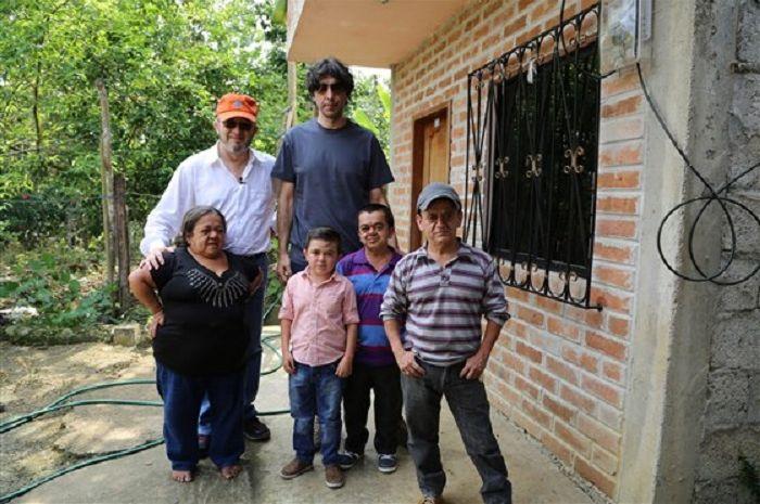 Dr Jaime Guevara-Aguirre (kiri belakang) dan Dr. Valter Longo (kanan belakang) dengan beberapa pasien Sindrom Laron mereka, yang terlindung dari kanker dan diabetes.