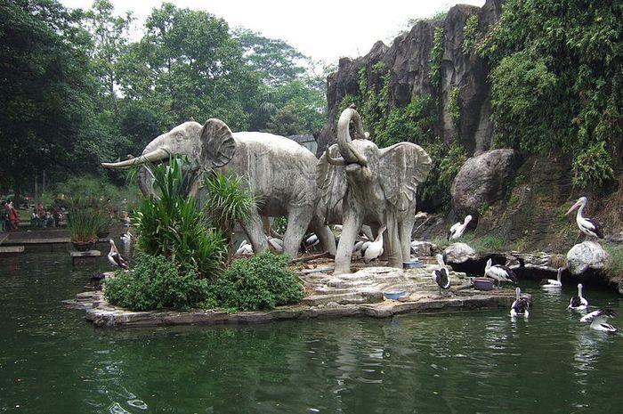 Patung gajah di Kebun Binatang Ragunan. Ragunan sendiri menjadi salah satu kebun binatang yang terdampak krisis moneter 1998.