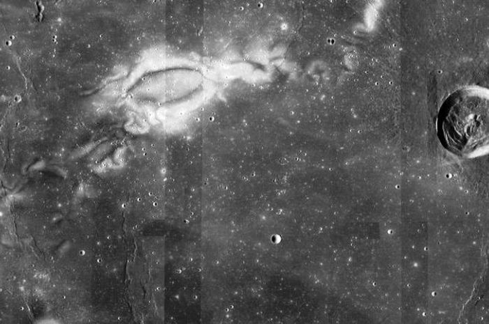 Lunar swirls di permukaan Bulan.