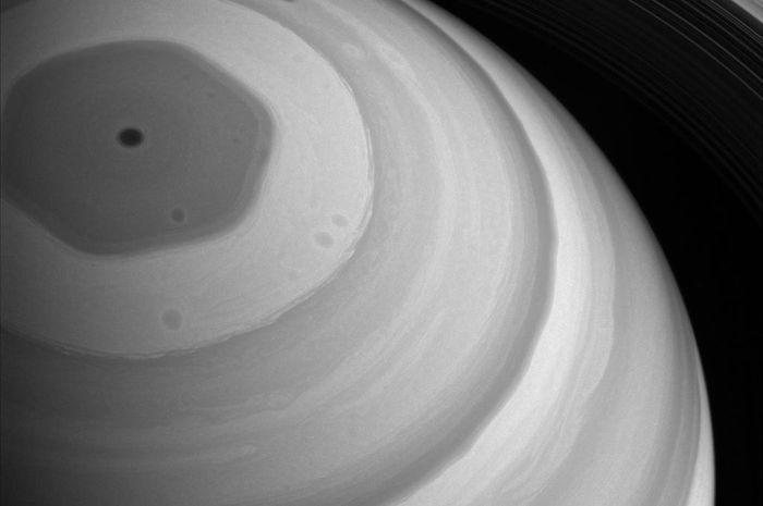 Pusaran berbentuk segi enam di kutub utara Planet Saturnus