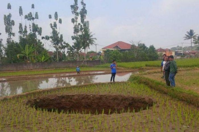 Sebuah lubang misterius muncul di Sukabumi, Jawa Barat.