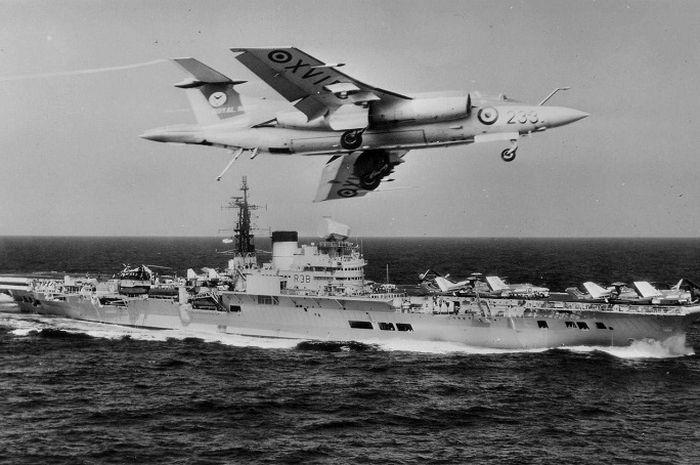 Kapal perang Inggris HMS Victorious.