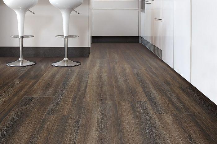 Permukaan vinyl yang lebih halus ketimbang lantai kayu. Selain itu, karena dilapisi dengan kain atau