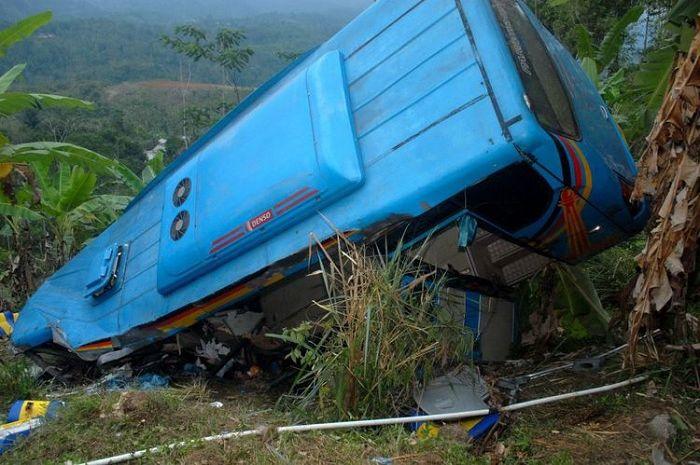 Bus masuk jurang di Cikidang.