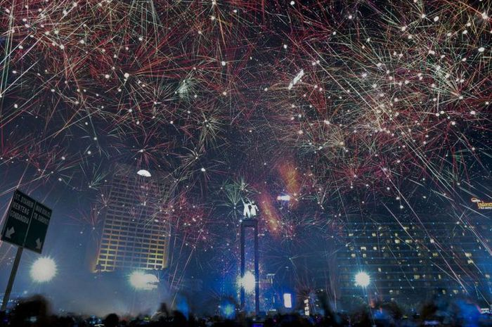 Suasana pesta kembang api saat malam tahun baru 2018 di kawasan Bundaran HI, Jakarta, Senin (1/1/201