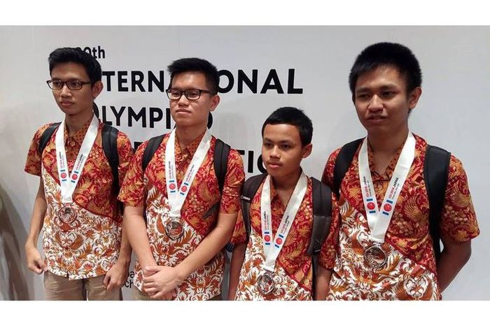4 pelajar Indonesia yakni Steven, Abdul, Muhammad, dan Ahmad berhasil memboyong 3 medali perak dan 1 medali perunggu di International Olympiade in Informatics (IOI) ke-30 di Tsukaba, Jepang