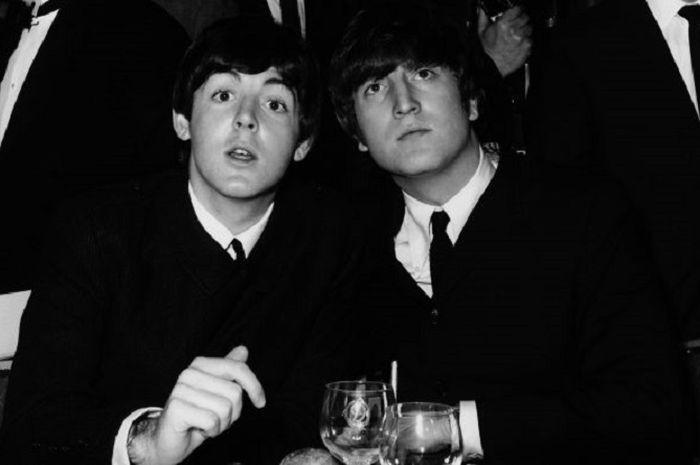 Paul McCartney dan John Lennon di tahun 1964