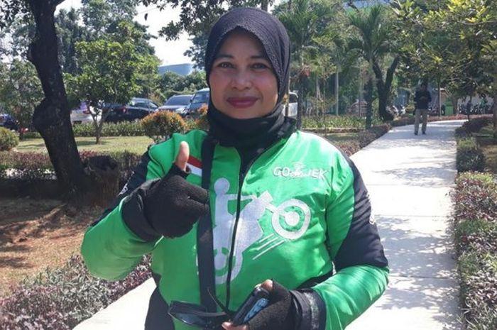 Perempuan yang suaminya sudah meninggal, kerja keras hidupi anak dengan jadi pegawai kantin dan driver ojek online